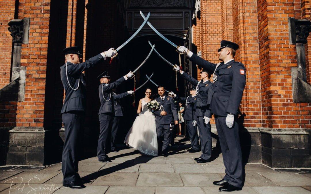 Wojskowy ślub ze szpalerem | Asia & Wojtek