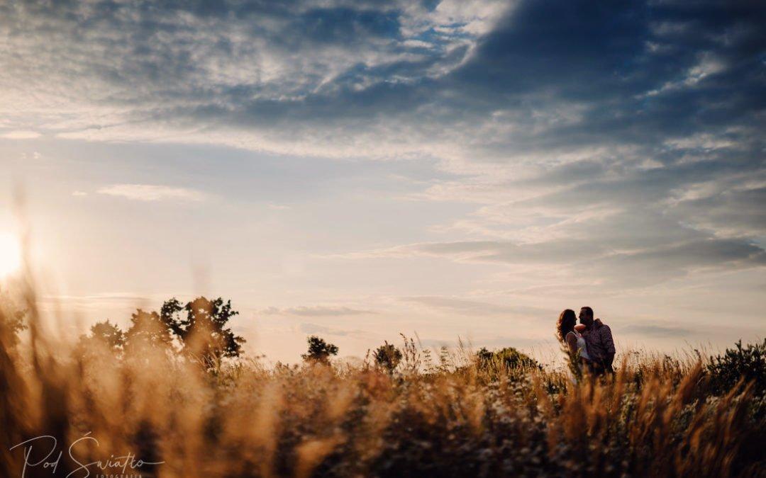Fotografia Narzeczeńska Warszawa – Żyrardów – Wiskitki – Romantyczna sesja w makach o zachodzie słońca – Monika & Jacek