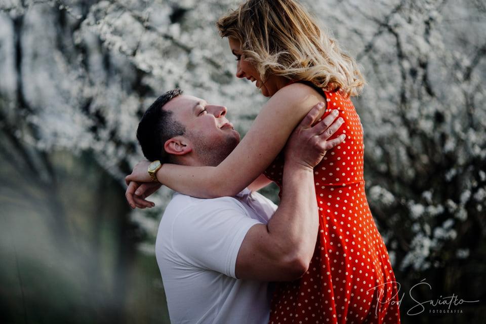 Wiosenna sesja narzeczeńska w kwiatach – Pruszków – Nadarzyn