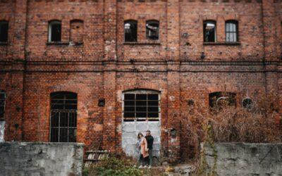 Sesja Narzeczeńska w mieście – Murowane klimaty XIX -wieczna osada fabryczna