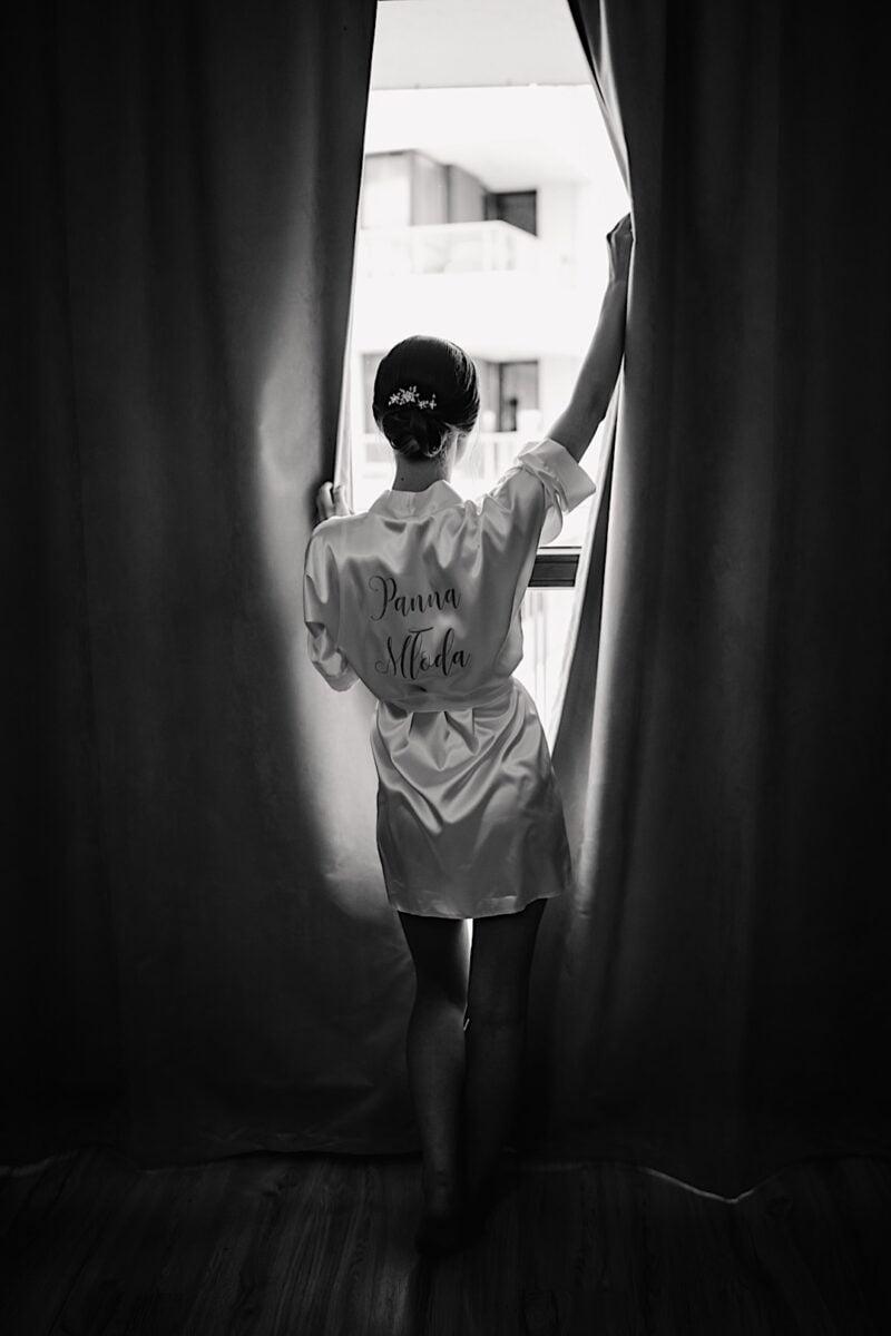 013 Panna mloda tylem przy oknie 2